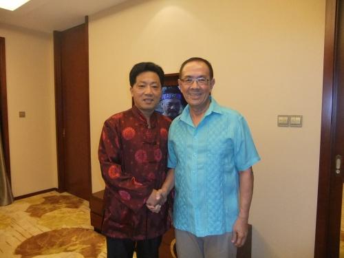 与新加坡南洋理工大学教授黄家庆在马来西亚吉隆坡
